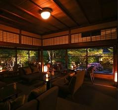 草庵的な庭園を眺めながらお食事をお楽しみください。特別な空間で大人のひと時を是非どうぞ。