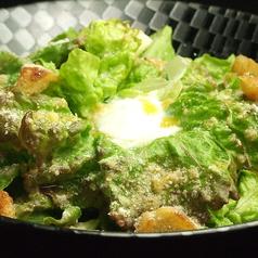 料理メニュー写真温泉卵とベーコンのシーザーサラダ