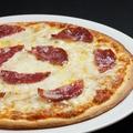 料理メニュー写真イベリコサラミのピザ
