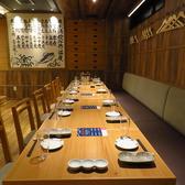 最大12名様のテーブル席。落ち着いた雰囲気の場所になりますのでご友人などとゆっくり過ごすには最適。