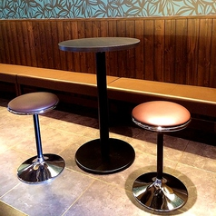 ハイテーブルのお席ではバー感覚でお酒をお楽しみ下さい♪ゲームしながら飲むにもちょうど良いお席です☆