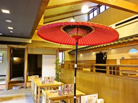 店の中央には赤い野天傘。奥には茶室のようなお座敷。お茶会気分で落ち着いた雰囲気。