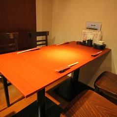 【テーブル:4名席(3卓)】8ゆったり座れる広めのテーブル席で、女子会/お食事/同期同僚の方々とのお食事も時間を気にせずお楽しみいただけます。 ※3名様以上のお客様優先です。混雑時はご利用時間を制限させていただく場合がございます。※5名様以上でご予約希望のお客様はこちらのコース予約が必須です。