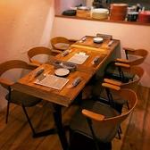 ゆったりとした椅子のテーブル席なので隣が気になりません。4~6名様。