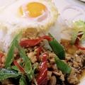 料理メニュー写真鶏のバジル炒めご飯 揚げ卵添え