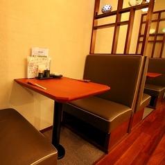 【テーブル:2名席(1卓)』くつろぎのソファータイプ。夫婦/カップル/友人同士など、静かな店内は落ち着いて語り合うにはぴったりです。3~4名様でもご利用いただけるよう補助テーブルのご用意がございます。※混雑時はご利用時間を制限させていただく場合がございます。※5名以上の予約希望のお客様は『コース予約必須』