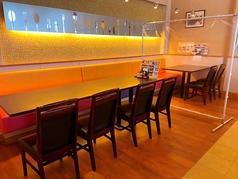 間仕切りで8名様席と4名様席でのご利用できるテーブル席