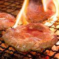 料理メニュー写真熟成牛タン焼き(熟成塩、黒胡椒、辛味ネギ)