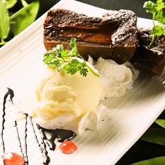 料理メニュー写真とろーりチョコのフォンダンショコラ バニラアイス添え