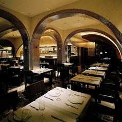 ワイン庫をイメージして造られたピッツェリアスペース。シルバー&ゴールドのタイルの大人なお洒落空間で定番のピザやパスタをはじめとするイタリアンを当店こだわりのワインと共に是非お楽しみ下さい。