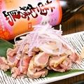 料理メニュー写真ボリューム満点朝挽き霧島鶏のタタキ 特製柚子ポン酢orこだわりの藻塩で