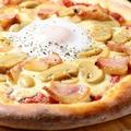 料理メニュー写真ベーコンと半熟卵のビスマルクピッツァ