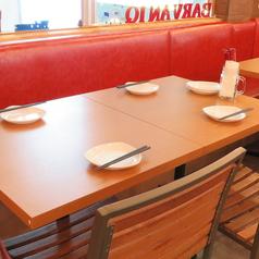 4名様用テーブルもご用意しております。少人数での女子会や、誕生会などに最適なお席となっております。