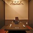 1階のテーブル席は、使い勝手の良いボックスタイプ。扉付の完全個室を計3部屋(4名様×2、6名様×1)設けています。周囲を気にせずカジュアルに楽しめる、程よいプライベート感が魅力。部署の皆様や気心の知れたお仲間同士で、ふぐとかにを気軽にご堪能ください
