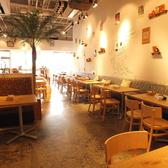 天井が高く開放的。観葉植物もある癒しの空間はカフェタイムやランチ、ディナーに、ママや女性に大人気。