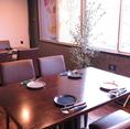 窓際のテーブル席は日差しが差し込んで雰囲気◎お仕事帰りや、飲み会終わりの〆パフェにもオススメです!