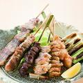 料理メニュー写真串盛り七種(もも串、軟骨串、ぼんじり串、鶏皮串、砂肝串、豚串、葱串)