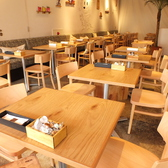 日当たりがよく、白を基調としたお洒落な空間。テーブルは連結もOKなので大人数のパーティーやランチママ会などに対応OK★