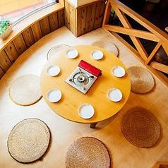 【~8名様】まるでキャンプ場のロッジのようなウッドデッキ席。木製の仕切りや丸テーブルが、まるでロッジにいるかような雰囲気を感じられるお席。足を伸ばしてラク~に和める座敷タイプのスペースは、つい時間を忘れてくつろいでしまいそう♪BBQ料理を囲んでママ会や女子会など…会話の弾むシーンにぴったりです。