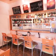 カウンターは3席。ボトルが並ぶオシャレなカウンターでのお食事はいかがでしょうか。ディナーの利用はカップルの利用も多いです。