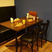 ソファ席とイス席×2のテーブル席です。席の連結も可能です。