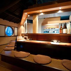 カウンター席は、料理人との語らいも楽しみの一つです。