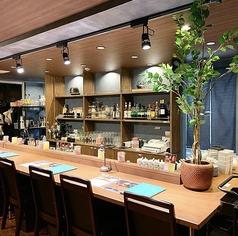 スモーキーなブルーと木目が印象的なデザイン。落ち着いた雰囲気の店内で、特別な時間をお過ごしください。