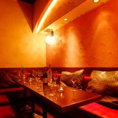 ◆個室 VIPルーム◆ワインセラーを壁にしたオシャレな個室です。合コンや女子会にオススメ★落ち着いた雰囲気の個室空間は若い方からご年配の方まで幅広く人気のお席です。