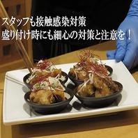 料理人も手袋・マスクをして、箸で盛り付け