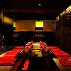 黒を基調としたスタイルリッシュな半個室。10名規模の小宴会や、お席をつなげて20名規模のご宴会まで承わっております。ご利用人数等、お気軽にお問合せ下さい。