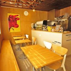 テーブル席は【1名様~2名様】が5卓、当店ではエスプレッソ系のコーヒーが人気!特にフラット・ホワイトがおすすめです。仕事の合間のコーヒーブレイクはもちろん、お打ち合わせに、お仕事に!~お子様のお迎え時間の前後の休憩タイムのほか、少人数でのママ会、女子会などなど、様々なシーンでご利用いただけます。