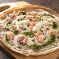 料理メニュー写真サーモンとサワークリームのガレットピザ