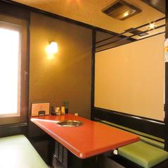お友達同時のご利用にもぴったり!ひろびろとしたテーブル席は開放感があり、ゆったり快適にお座り頂けます。