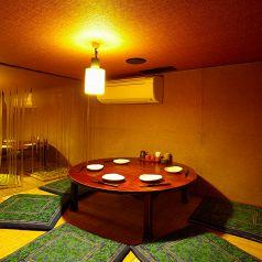【レトロなちゃぶ台個室】4名様~6名様向けのお席です。どこか懐かしい雰囲気を感じる、丸テーブル個室です。隠れ家のような落ち着いた空間。当店No1のお席です!ゆっくりのんびりと飲みたいお客様に最適なお席となっております!是非、ご利用くださいませ。