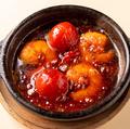 料理メニュー写真えびとトマトの真っ赤なアヒージョ