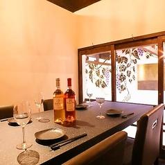 """店内2Fにあるお洒落な坪庭。各個室から見れる景色に癒されながら、ごゆっくりとお寛ぎ下さい。この他にも、2名様~14名様までご利用いただける個室・宴会個室をご用意しております。京都駅近くでワインが愉しめる居酒屋""""ワイン蔵しおり""""で、接待や会社宴会からプライベートまで、幅広いシーンにご利用下さい。"""