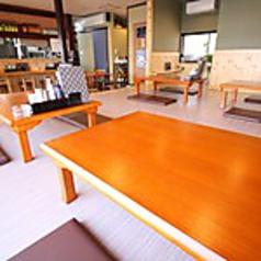4名様用テーブルが5卓ご用意されている座敷席