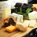 料理メニュー写真チーズとドライフルーツの盛り合わせ