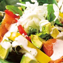 料理メニュー写真サーモンとアボガドのサラダ