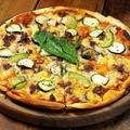 料理メニュー写真具沢山トマトソースピザ