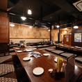 「お疲れ様です」と気さくなスタッフがお出迎え!昭和の雰囲気に包まれながら、旨い料理とお酒でお楽しみください♪