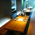 【おしゃれ心満載】適度な包まれ感が心地よい、プライベート空間へようこそ!溶接むき出しの鉄板の壁・イラストがおしゃれ心をくすぐるテーブル席は、4~22名様までご利用可能。親密感も高まるロングシートは、ご家族でのお食事や、合コンなどにもおすすめです。