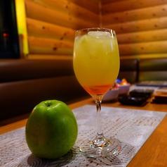 おひとり様大歓迎のカウンター席。ゴルフ談議に花を咲かせたり、150種類以上あるお酒の中から自分好みのお酒お楽しめます。