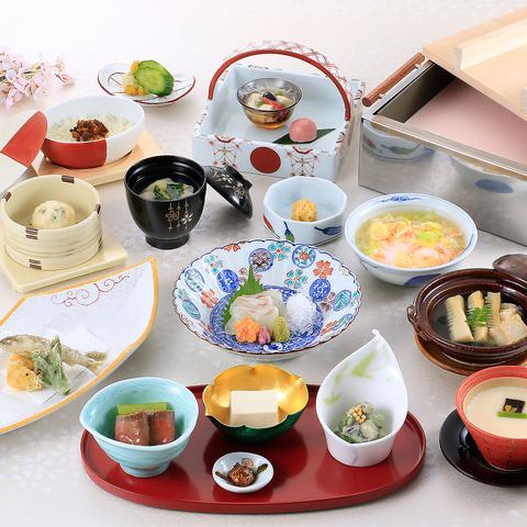 旬の食材とお豆腐をふんだんに使った料理の数々。和の個室で心づくしの贅沢なひと時を
