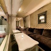 【B1F ラウンジ ソファー席個室(~10名様×2)】B2Fのフロアを見渡すことができるソファー席の半個室。イベント開催時のVIP個室としてもご利用いただける空間です。カーテンで仕切りを入れることもできます。