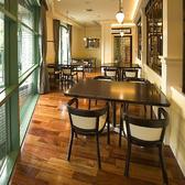 2階のテーブル席。窓辺のお席が人気です。