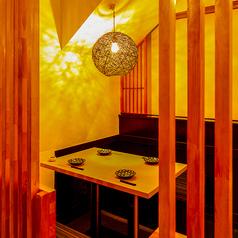 温かい明かりが照らす完全個室空間は2名様~ご案内可能♪ゆったりとした広々完全個室となっております♪扉付きの完全個室なので周りを気にぜずお楽しみいただけます!神田・秋葉原エリアでのデートや女子会、各種宴会にぜひご利用くださいませ♪お得な3時間飲み放題付きパーティーコースは3480円~!