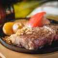 料理メニュー写真【国産牛】交雑種・うちもも肉のステーキ 150g