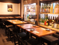 お席はテーブル席をご用意しております。白と黒を基調とした落ち着いた店内でゆっくりお酒と和食をどうぞ♪