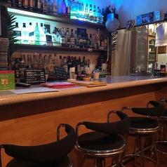 店内にはカウンターが5席と4名様用のテーブル席が2卓あります。カウンターではマスターとの会話を楽しみながらバーならではの時間の楽しみ方ができます。お一人様やちょい飲み、デートなどのご利用に最適です。